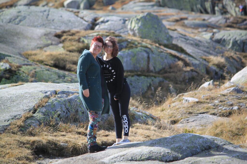 foto van Marjolijn en Naomi op vakantie - rotsomgeving