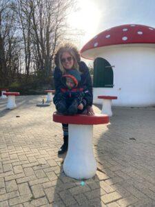 Tessa met zoontje in speeltuin