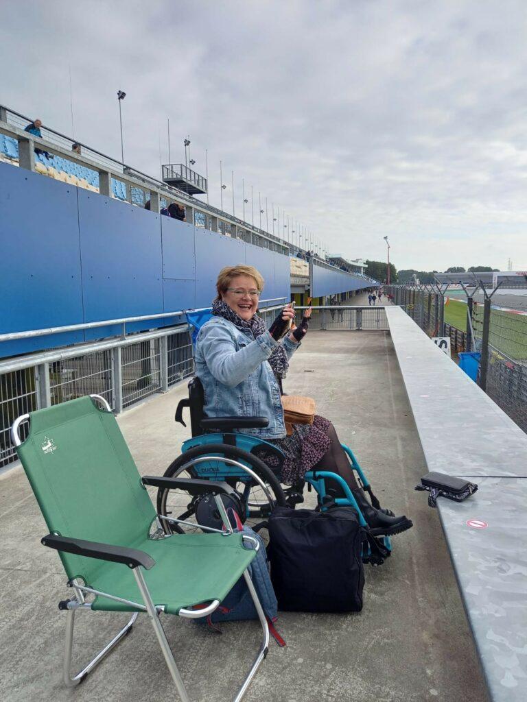 Jessica in haar rolstoel bij de DTM